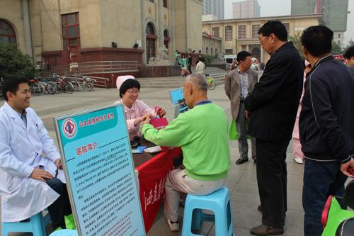 10月13日,来自山西益康脉管炎医院党委书记、副院长郑君带领医护人员在太原市南宫广场为百姓义诊