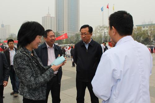 太原市卫生局领导跟郑君交谈